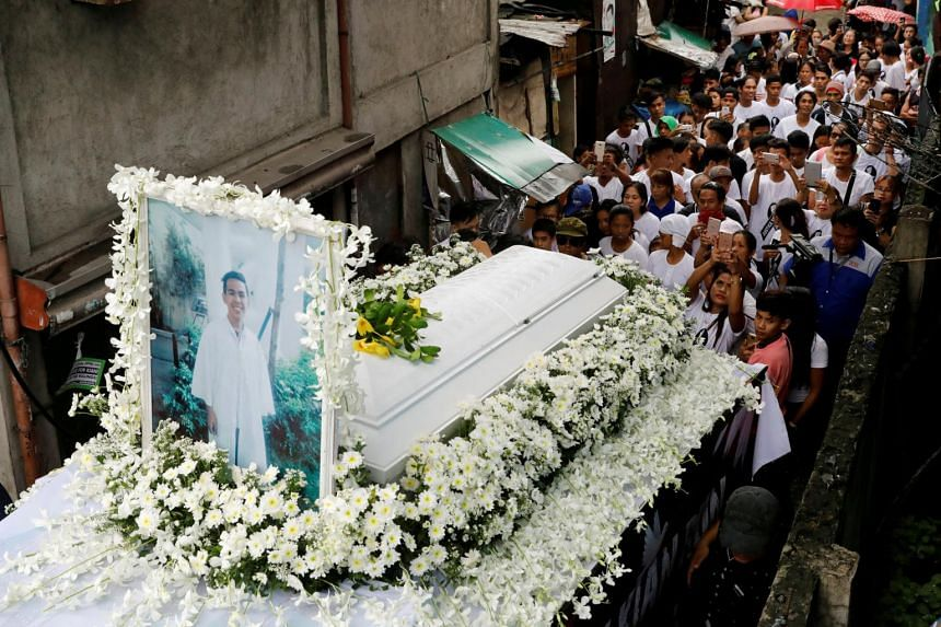 Mourners take part in the funeral march of Kian delos Santos, a 17-year-old student who was shot during anti-drug operations in Caloocan, on Aug 26, 2017.
