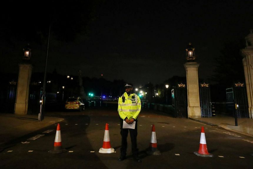 A police officer stands at a cordon after police arrested a man carrying a knife outside Buckingham Palace in London, Britain on Aug 25, 2017.
