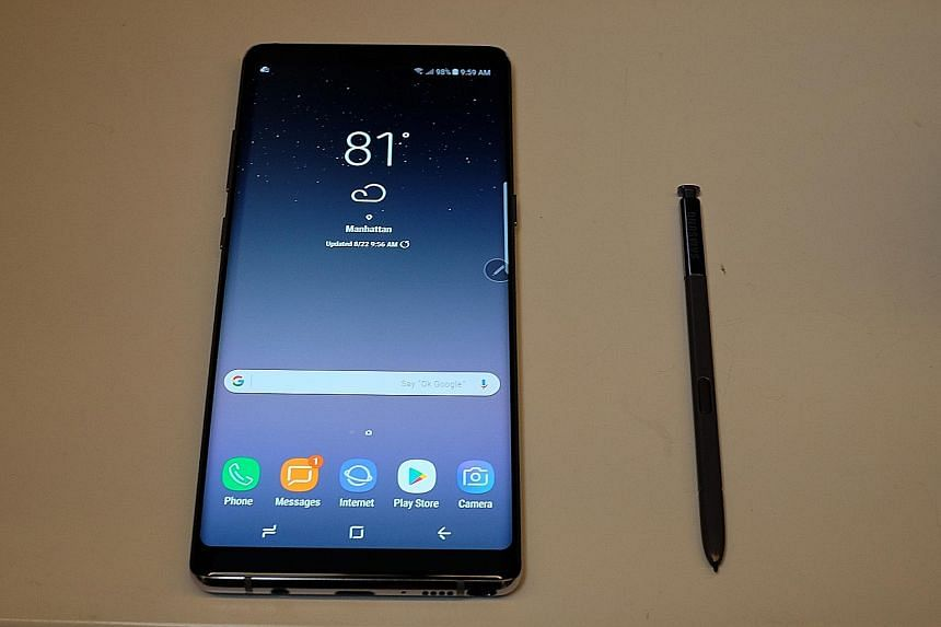 The new S Pen stylus feels very much like a real ballpoint pen, because of its finer tip and improved pressure sensitivity. The Note8 is the first Samsung phone to sport two rear cameras - a telephoto lens and a wide-angle one.