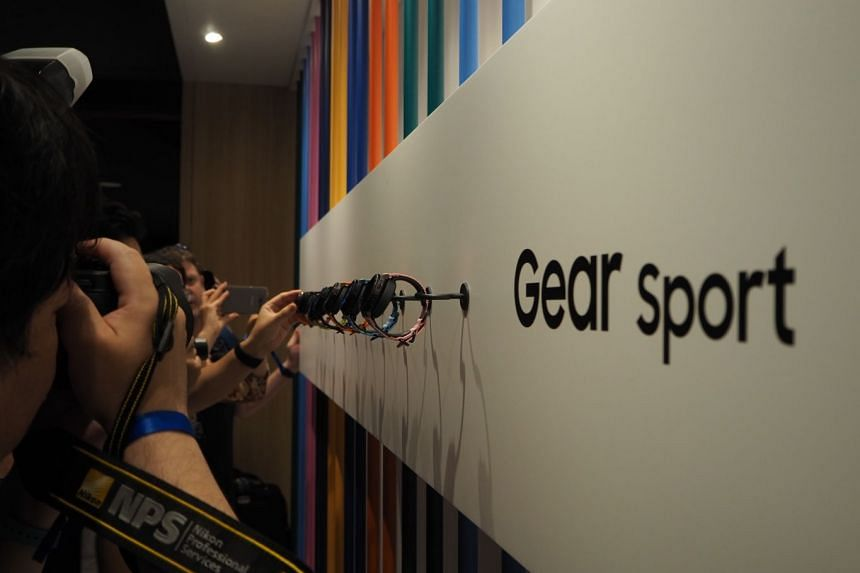 The media trying to get a picture of the new Samsung Gear Sport announced during a press conference in Berlin.