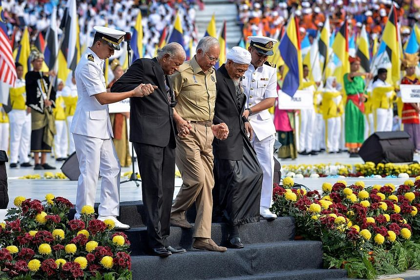 Mr Najib Razak flanked by Warrant Officer 1 Commander (Ret) Oliver Culvelt Samuel (left) and Lieutenant Commander (Ret) Mohd Sharif Kalam. The two former servicemen hoisted the Malaysian flag for the very first time when the country declared its inde