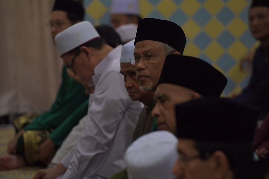 Joining the congregants was the Minister for the Environment and Water Resources, Mr Masagos Zulkifli, who helped distribute food to them after prayers.