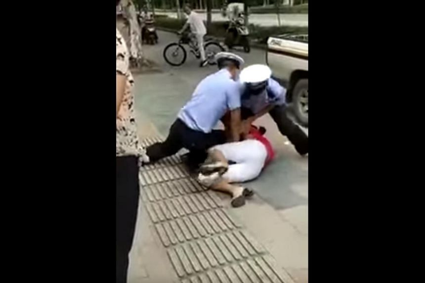 A video taken by an onlooker has spread online since Friday (Sept 1) , showing a woman in Shanghai arguing with an officer over a parking fine.