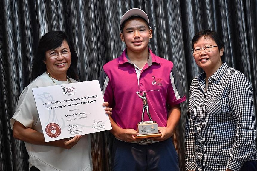 Sec 4 student Cheang Kai Siong posing with his Tay Cheng Khoon Eagle award with Janice Khoo (left), chairman of the Youth Golf Network, Community Youth Golf Programme, and ST sports editor Lee Yulin.