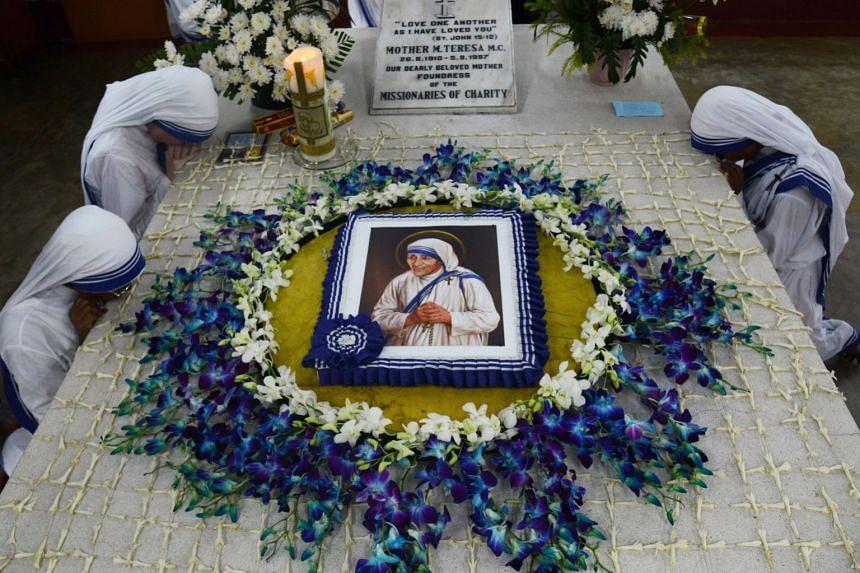 Nuns pray at the tomb of Mother Teresa in Kolkata, Sept 5, 2017.