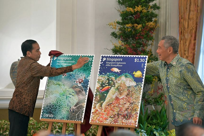 President Joko Widodo and Prime Minister Lee Hsien Loong unveiling the coral reef stamps issued on the occasion.