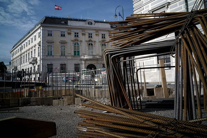 Construction of an anti-terrorist wall, to protect the Federal Chancellery and Presidential Chancellery in Vienna from terror attacks, has been halted, said the Austrian daily Krone. Officials from four Western powers say there is a need for new appr