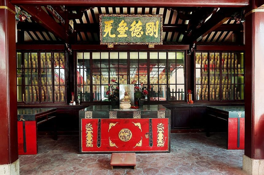 On the front facade of Thian Hock Keng, which is dedicated to the goddess of the sea Mazu, are carved stone windows with engravings of bats in their four corners, representing luck and prosperity.