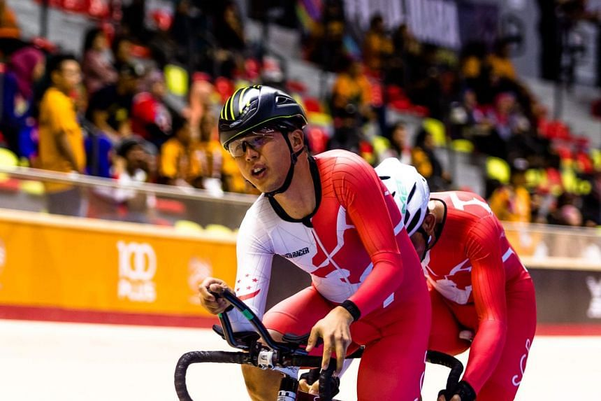 Jessen Ng, Emily Lee's husband, and pilot Calvin Sim in action in the men's 4,000m individual pursuit (B) final at the National Velodrome in Nilai, Negeri Sembilan.