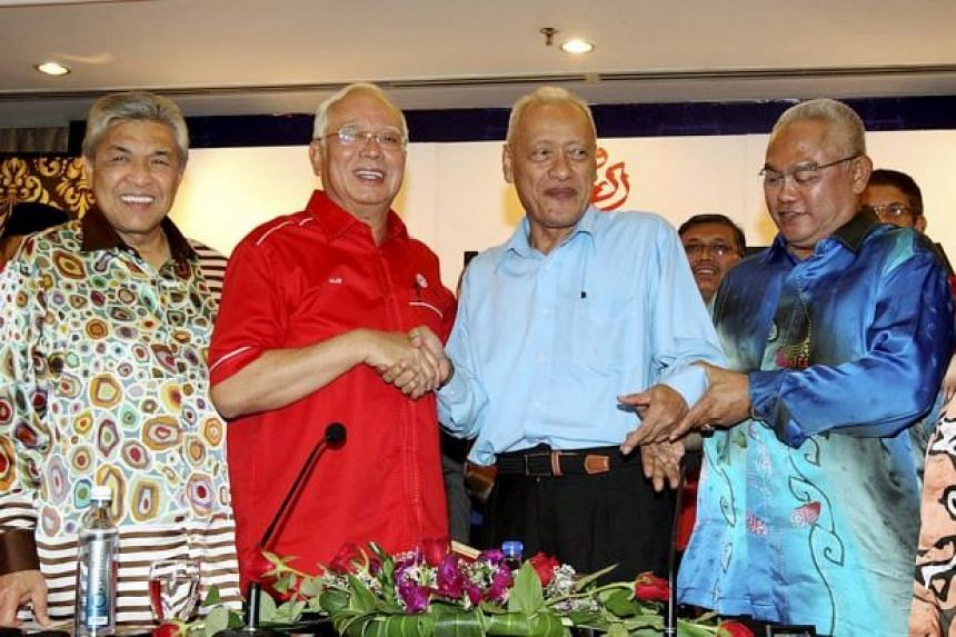Mr Muhammad Muhammad Taib (second from right) shaking hands with Mr Najib Razak. Looking on are Dr Ahmad Zahid (left) and Selangor Umno chief Tan Sri Noh Omar (right).