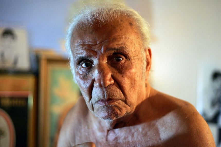 Former middleweight boxing champion Jake LaMotta poses in New York, Oct 28, 2009