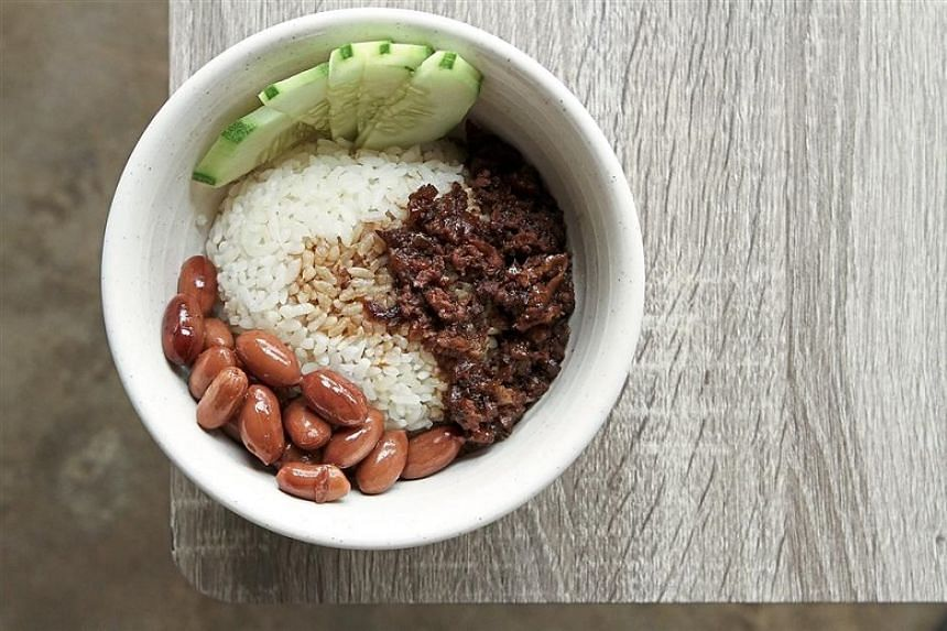 A simple, one-bowl meal with great comfort food appeal – braised minced pork and peanuts with the satisfyingly starchy, short-grain Japanese pearl rice.