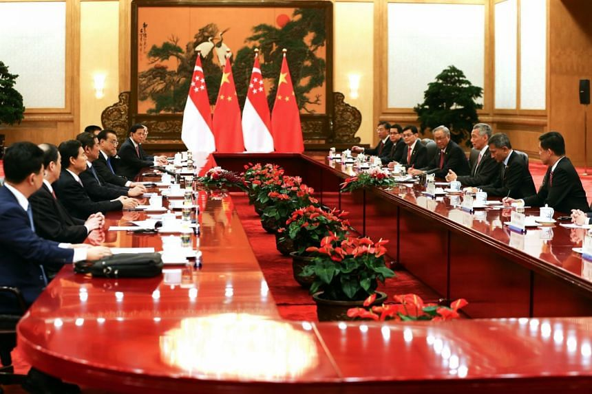 PM Lee with Premier Li and (at right, from third left) Singapore Finance Minister Heng Swee Keat, Defence Minister Ng Eng Hen, Foreign Minister Vivian Balakrishnan and Minister in the PMO Chan Chun Sing. Mr Li is accompanied by (at left, from third l