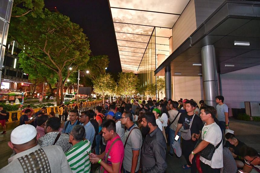A queue forming at Apple Orchard store for the iPhone 8.