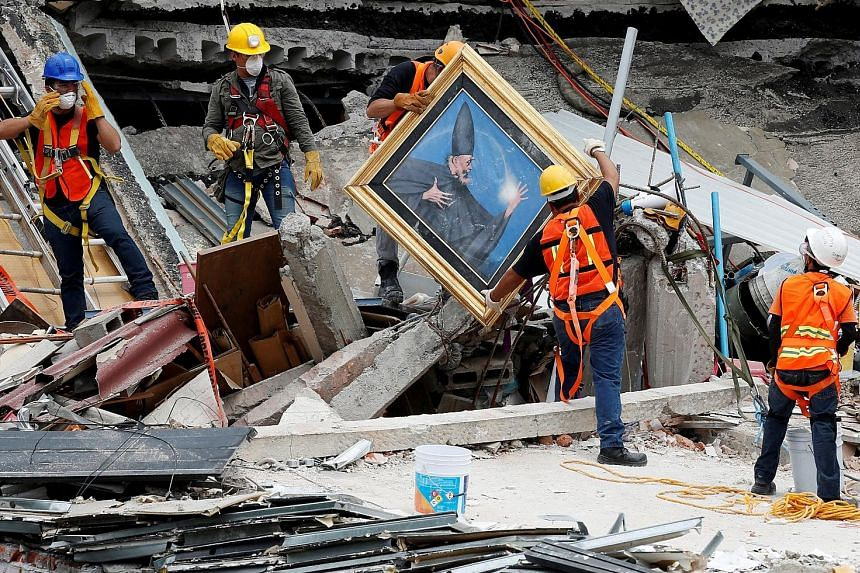 Mexican and international rescue teams searching for survivors in the Roma neighbourhood in Mexico City on Saturday. Since Friday, only bodies have been recovered. The latest death toll stands at 307.