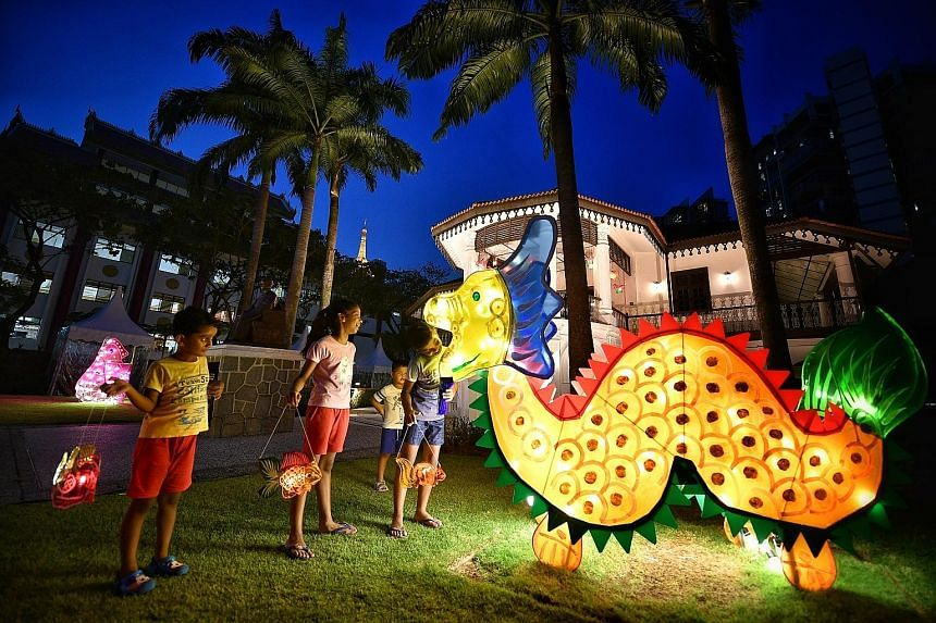 This big dragon lantern caught the eye of children at the Sun Yat Sen Nanyang Memorial Hall in Balestier. Lanterns featuring other designs like fish will be lit nightly from today to Oct 15, except on Mondays. As part of the Wan Qing Mid-Autumn Festi