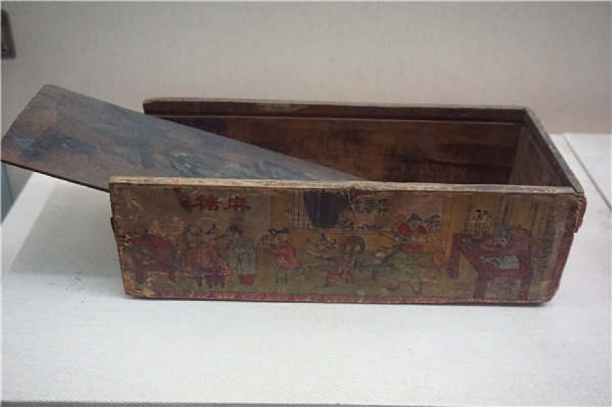 A wooden push-pull box used to package sesame chips from the Qing Dynasty (1644 to 1911).
