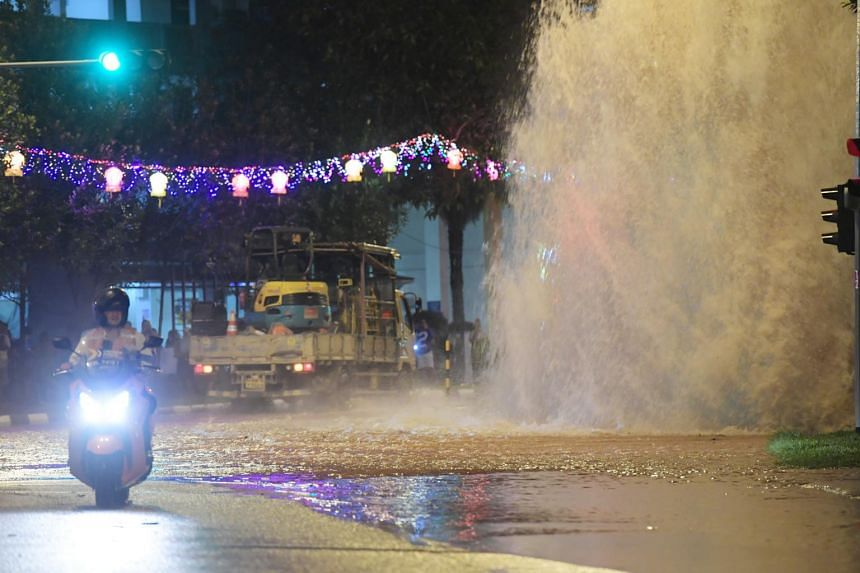 A pipe leak sent up a fountain of water at the junction of Bukit Batok West Avenue 6 and Bukit Batok West Avenue 8, on Sept 26, 2017.