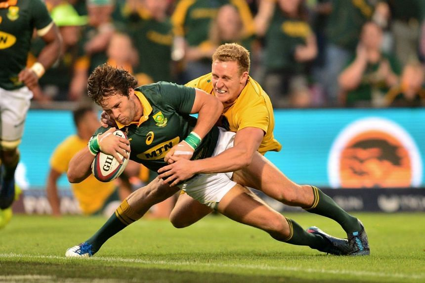 Jan Serfontein of South Africa is challenged by Reece Hodge of Australia.