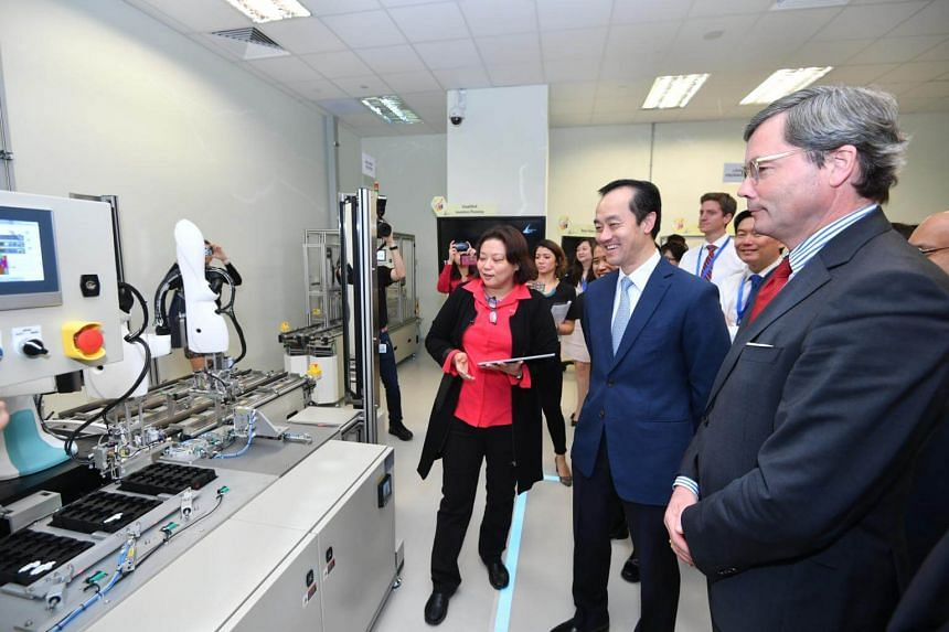 Senior Minister of State Dr Koh Poh Koon and Dr Ulrich Sante, Ambassador of the Federal Republic of Germany to Singapore, on a tour of A*Star's newly launched Model Factory@SIMTech at Fusionopolis.