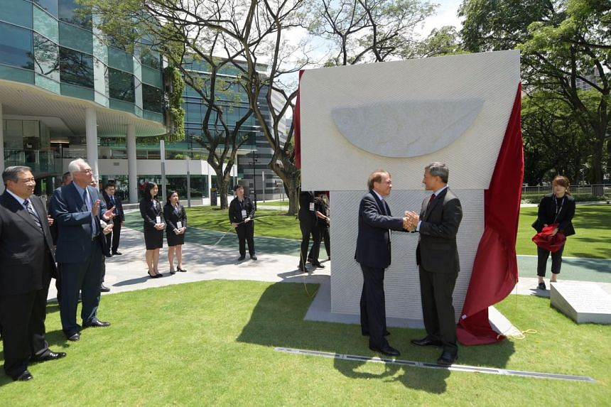 Foreign Minister Vivian Balakrishnan and artist Tan Swie Hian unveiling a sculpture to mark the golden jubilee of Asean at Singapore Management University yesterday. Also present were former Indonesian president Susilo Bambang Yudhoyono (left) and Em