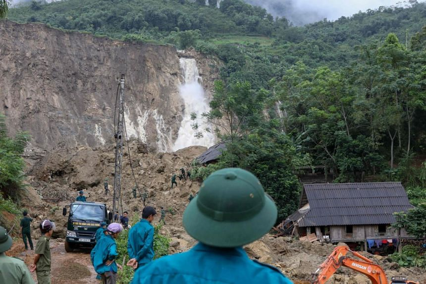 Rescuers searching for bodies of victims at the site of a landslide in the Tan Lac district, northern province of Hoa Binh, on Oct 12, 2017.