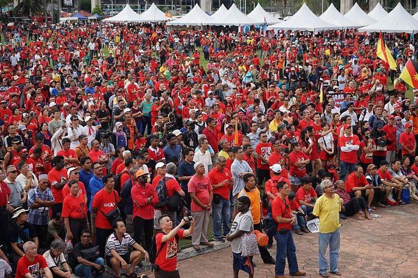 """More than 5,000 people attended the """"Love Malaysia, Anti-Kleptocracy"""" rally organised by opposition pact Pakatan Harapan in Petaling Jaya yesterday evening. The carnival-like gathering, held to protest against the lack of government action over the f"""