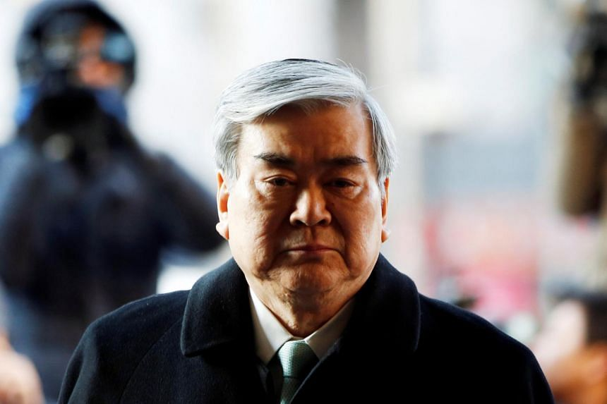 South Korean police are seeking an arrest warrant for Cho Yang Ho, chairman of Hanjin Group, the parent of Korean Air Lines, on charges of breach of trust following their probe into construction work at his house.