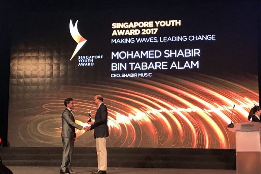 Mr Shabir Tabare Alam receives the award from Deputy Prime Minister Tharman Shanmugaratnam.