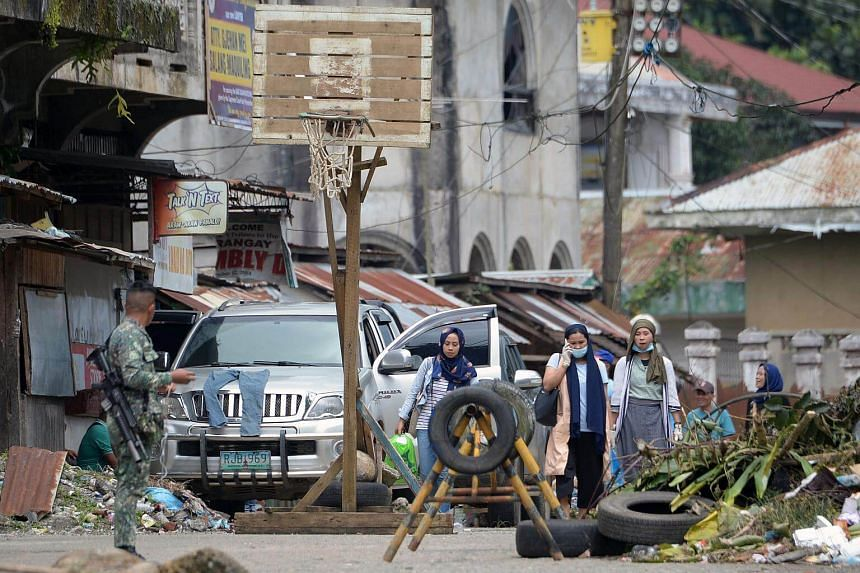 Residents return to inspect their homes in Marawi, on Oct 24, 2017, a day after the fighting was declared over.