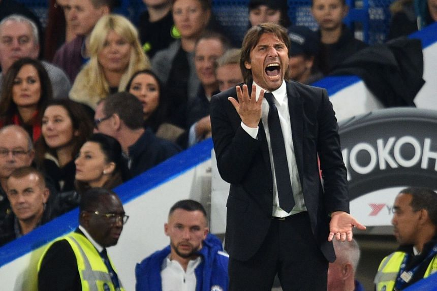 Conte gestures during the match between Chelsea and Everton on Oct 25, 2017.