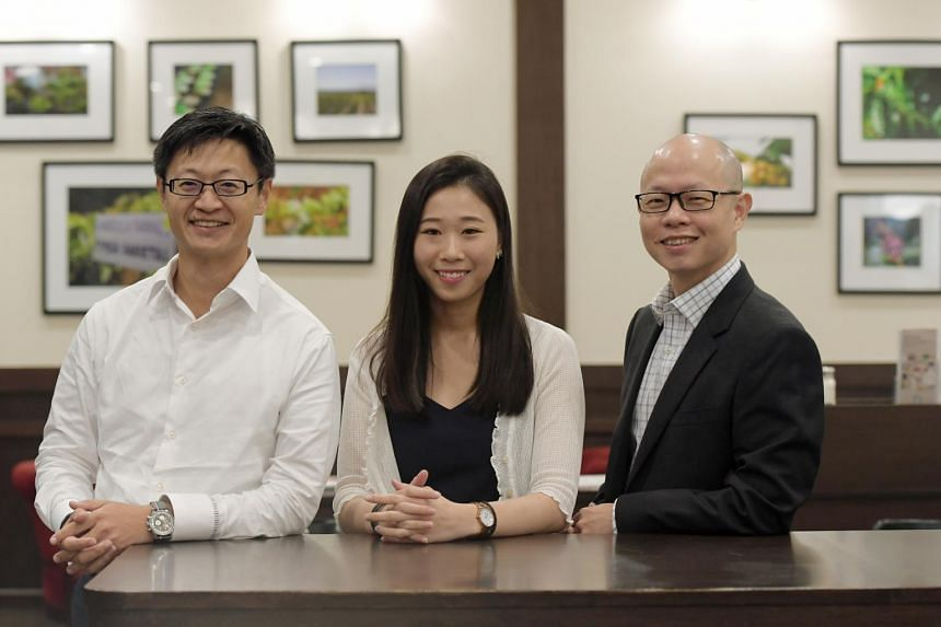 Kaplan graduate Jeslyn Ee, who benefited from MentorsHub, with Mr Jarod Ong (left) and Dr Hadi Wijaya, both of whom are mentors on the scheme. The initiative pairs undergraduates with professionals who offer career advice.