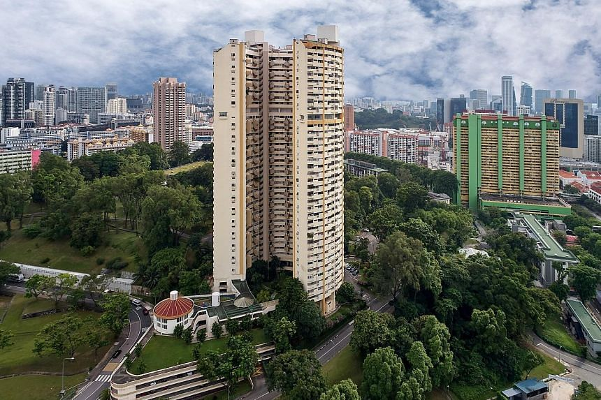 Pearlbank Apartments, the familiar building in Outram shaped like a horseshoe, will go on the market in two weeks. There will be much interest in Pearlbank among developers given the estate's location near Pearl's Hill City Park, Outram Park MRT stat