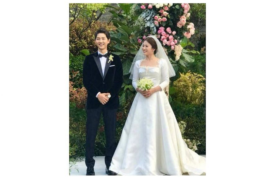 Despite tight security, photos of the couple on a lawn also surfaced on Weibo.
