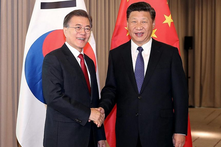 South Korean President Moon Jae In (far left) and Chinese President Xi Jinping in Berlin for the G-20 summit in July. Talks to resolve the missile shield issue started after their meeting on the sidelines of the event, says South Korea's presidential