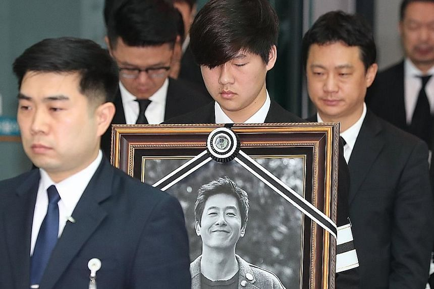 Actor Kim Joo Hyuk was cremated and laid to rest yesterday at his family columbarium in Seosan, South Chungcheong province.