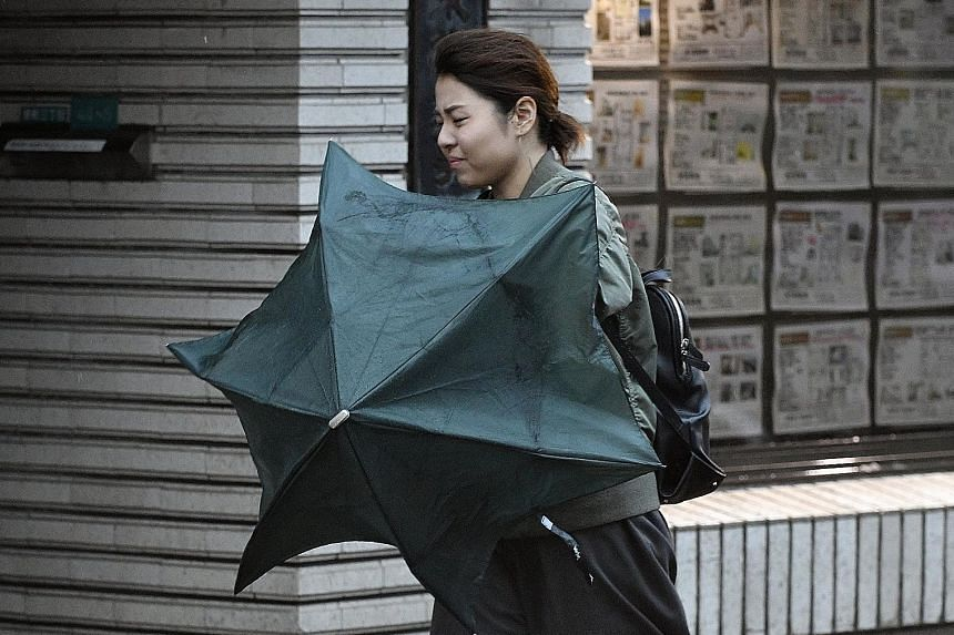 Strong winds generated by typhoon Lan in Tokyo on Oct 23 disrupted transportation in the Japanese capital.