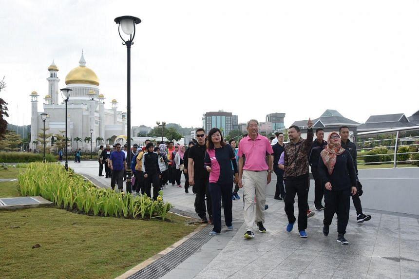 Deputy Prime Minister Teo Chee Hean, Crown Prince Haji Al-Muhtadee Billah, and the YLP delegation at Taman Mahkota Jubli Emas.