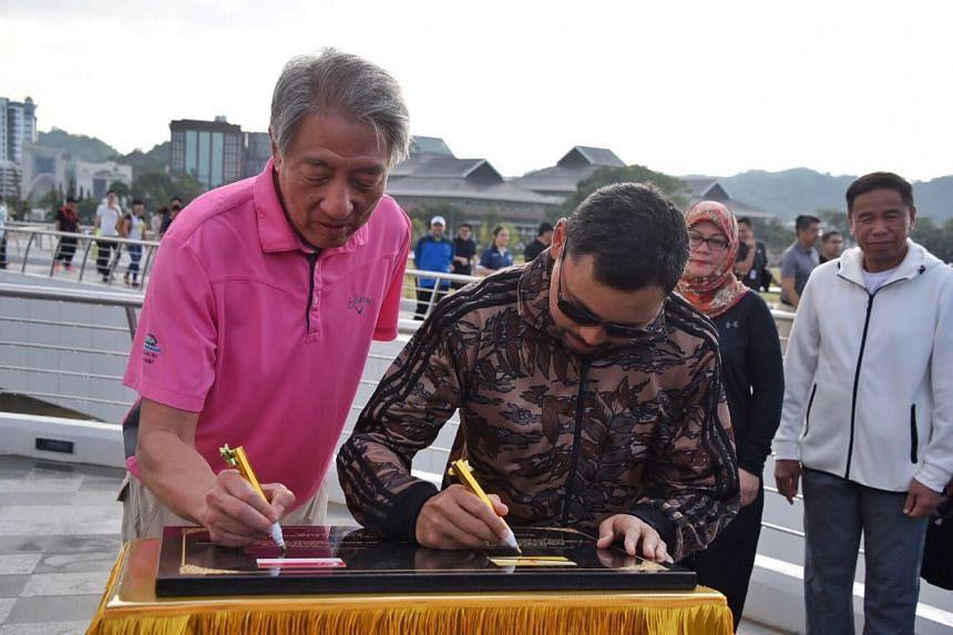 Deputy Prime Minister Teo Chee Hean and Crown Prince Haji Al-Muhtadee Billah signing the commemorative plaque at Taman Mahkota Jubli Emas.
