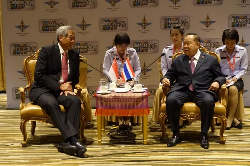 Singapore defence minister Ng Eng Hen meeting General Prawit Wongsuwan at the Asian Defence and Security Exhibition 2017.