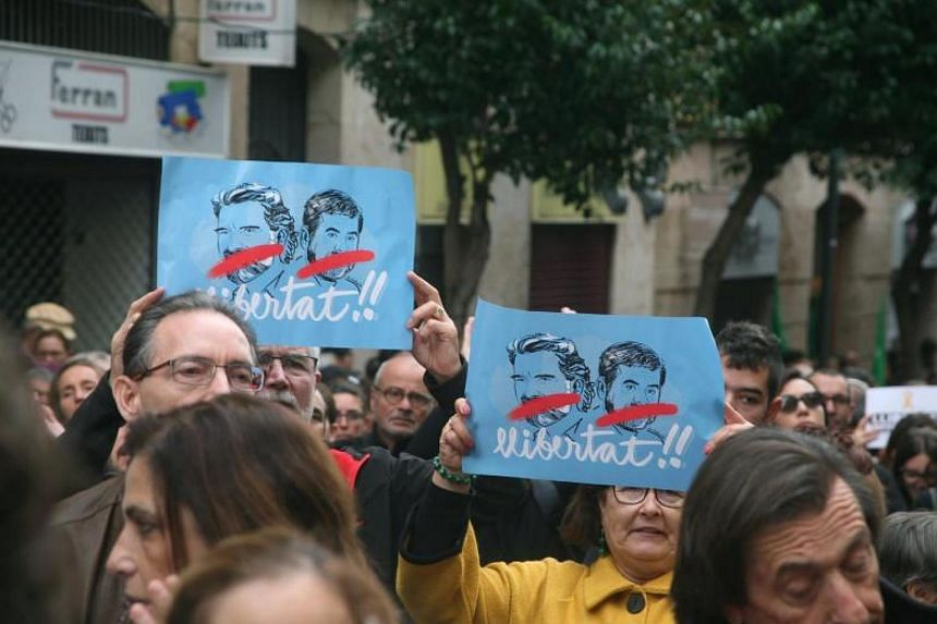 Hundreds of people take part at a demonstration to protest against the imprisonment of pro-independence leaders and demand their freedom in Tarragona, Catalonia, northeastern Spain, Nov 8, 2017.
