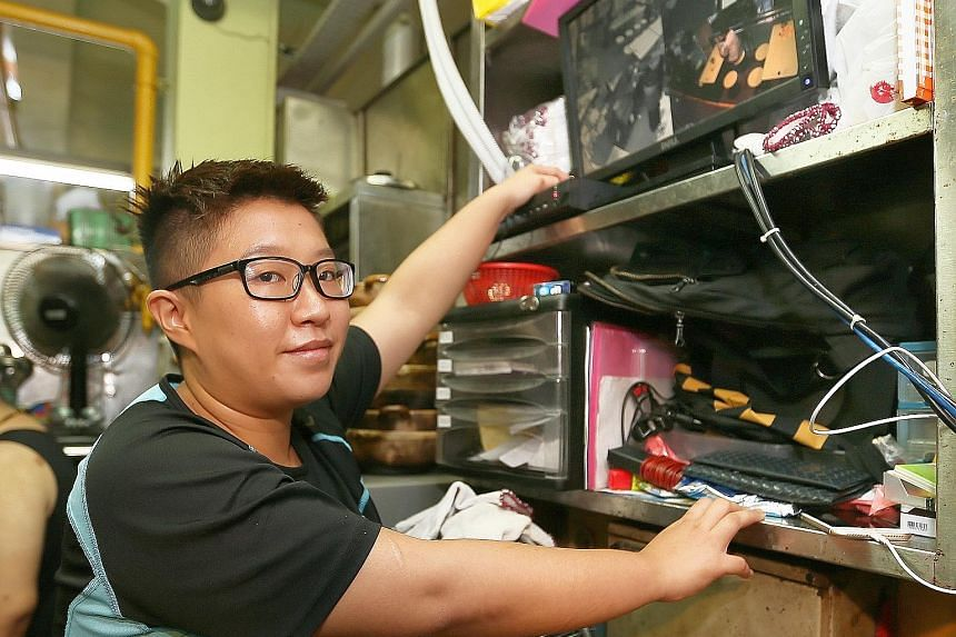 Digital marketing consultant Denise Neo's phone was eventually retrieved, with the help of CCTV footage that was posted on Facebook. Mr Hing Yi Quan, 27, co-owner of Dragon City Claypot Frog Porridge at Dunman Food Centre, posted a CCTV video (below)