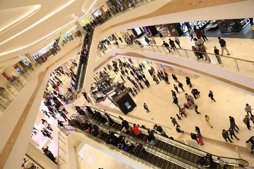 Suzhou Center Mall opened with a high commitment of more than 90% for its net lettable area of approximately 152,000 sq m. It recorded an impressive shopper traffic of more than 400,000 on its opening day on Nov 11, 2017.