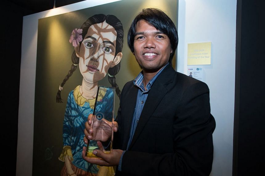 Thai artist Sukit Choosri and his artwork, One Life, at the 2017 UOB Painting of the Year Awards ceremony.