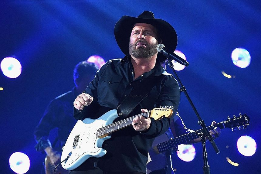 Singer Garth Brooks lip-synced to Ask Me How I Know at last week's Country Music Association Awards.