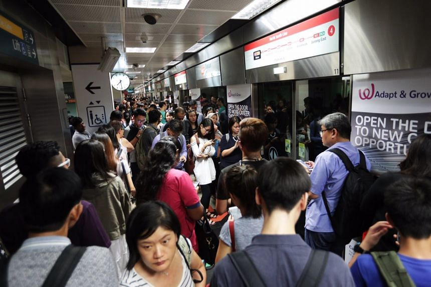 Commuters crowd a train platform at Bishan station on Nov 15, 2017. SMRT advised commuters to add 40 minutes to their travel time when commuting on the North-South Line.