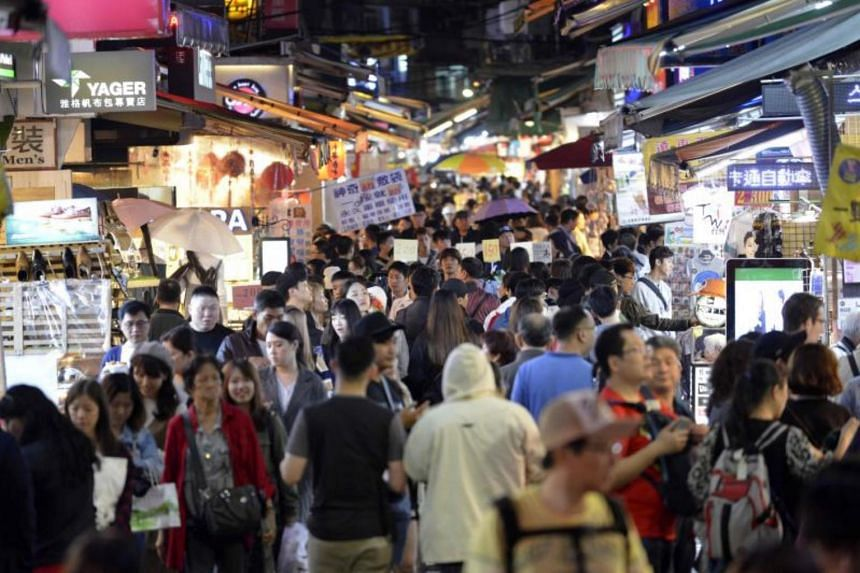 People visiting the Shihlin night market in Taipei on Oct 25, 2017.
