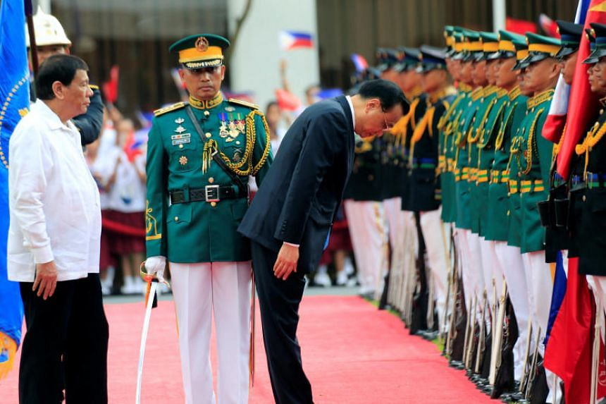 Philippine President Rodrigo Duterte looks on as Chinese Premier Li Keqiang bows while they review honour guards at the Malacanang presidential palace in Manila, the Philippines, on Nov 15, 2017.
