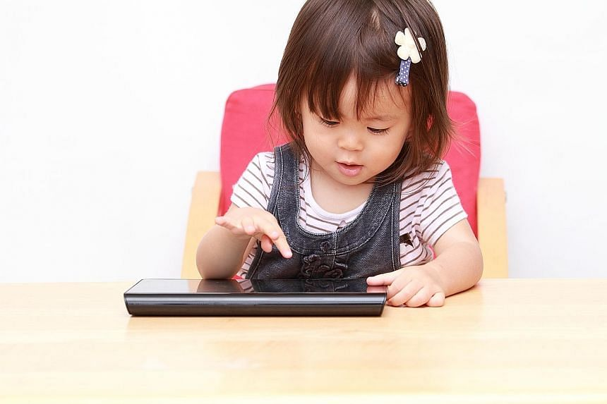 Experts say parents should protect children from the harm of screen time.