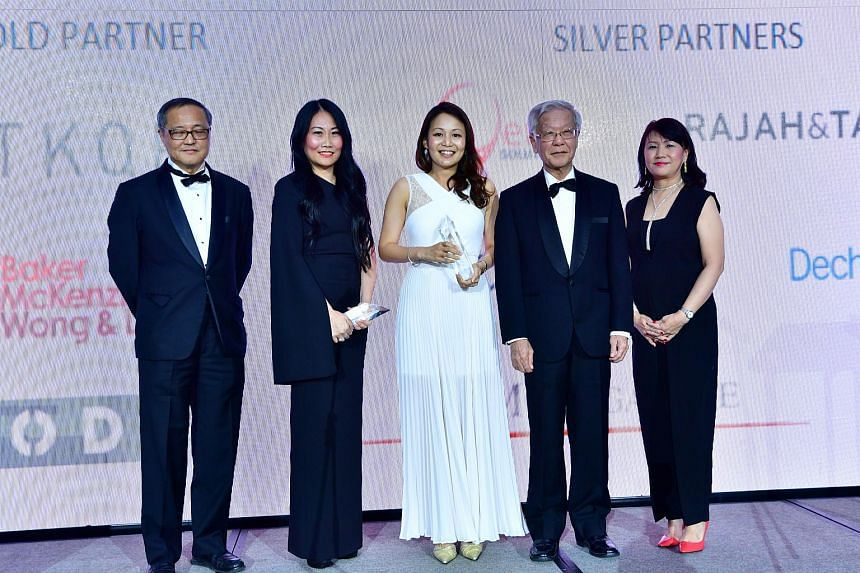 (From left) Singapore Institute of Directors chairman Willie Cheng, OCBC general counsel Loretta Yuen, Lazada Group's general counsel Gladys Chun, former chief justice Chan Sek Keong and SCCA president emeritus Angeline Lee at the award ceremony on N